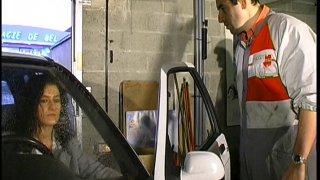 Une cliente vidange les couilles de tous les mecs dans un garage automobile