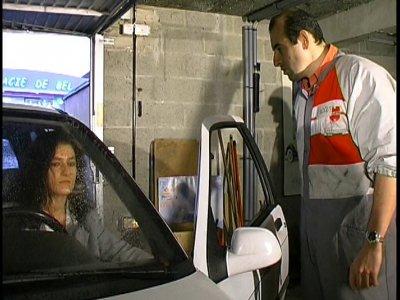 Une jolie brune dépose sa voiture au garage pour une réparation. Comme elle conn