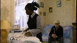 Papy vicelard baise la femme de ménage black avec Mamadou