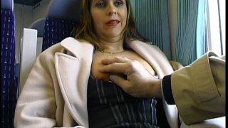 Un papi libidineux pelote une femme mature dans un train