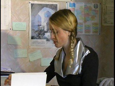 Une magnifique étudiante blonde se rend chez son prof pour des révisions avant l