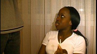 Une jeune étudiante black révise ses cours en attendant son prof de cours particuliers....