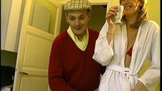 Une blonde mariée trompe son mari avec un papy salace