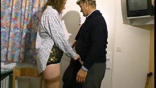 Une cochonne française baise avec un papy pervers devant son gros mari