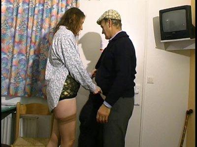 Après trois jours difficiles au boulot, le gros mari de cette maigrichonne nymph