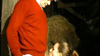 Sa chérie se fait baiser par un vieux paysan cochon