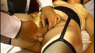 Une patiente abusée par son gynéco et son assistant!