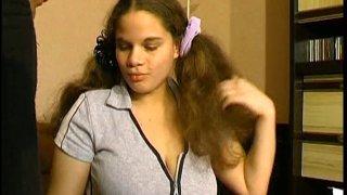Pamela est une jeune écolière encore très fleur bleue! Avec son copain de classe,...