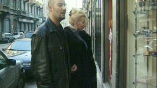 Une blonde cochonne se fait baiser par deux pervers dans un sex shop.