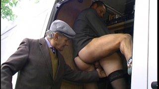 Papi tape l'incruste chez un jeune couple amateur