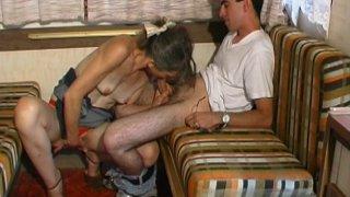 Jeune cochon se fait sucer par une vieille pute dans la caravane