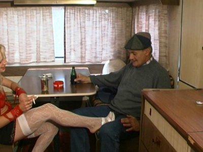 Papy vient rendre visite à une nouvelle pute installée dans une caravane. Après