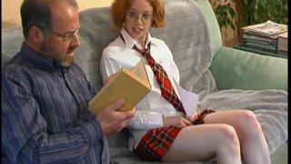 Vieux pervers baise une jeune rouquine à lunettes en tenue d'écolière
