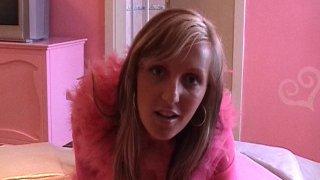 Une blonde en petite tenue rose se fait baiser dans une chambre de la même couleur!