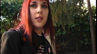 Une jeune gothique percée accostée dans la rue en plein Paris pour un tournage x