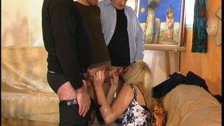 Jeunes et vieux se font sucer par une grande blonde nympho