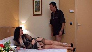 5 a 7 à l'hôtel pour une brune sexy en porte jarretelle.