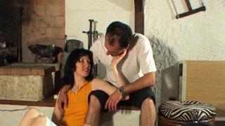 Couple pratique l'anal et l'éjaculation buccale devant la cheminée
