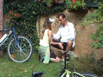 Un couple en promenade à vélo s'arrête dans un coin pour baiser. La jeune blonde