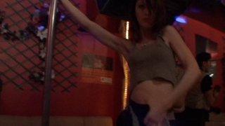 Fille très mince fait un striptease et se fait lécher la chatte par une femme