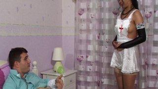 Franchement, il pourra être plus sympa ce docteur avec sa jolie infirmière... Elle...