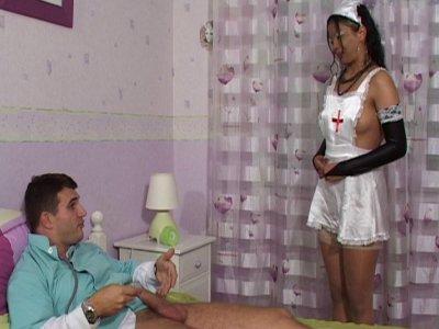 Franchement, il pourra être plus sympa ce docteur avec sa jolie infirmière... El
