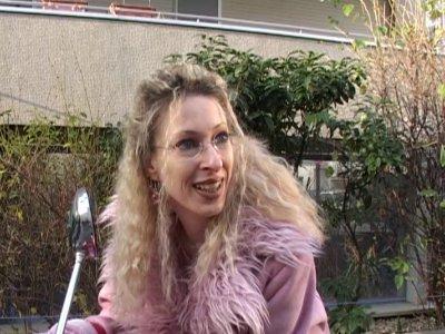 Lors d'un reportage sur l'appartement d'une célèbre danseuse de cabaret, on tomb