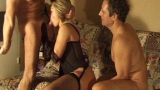 Scène trioliste entre une jeune blonde bcbg et deux pervers plus âgés.