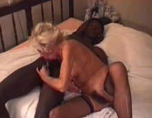 220x170 289 - Une blonde mature se fait baiser par un jeune black.