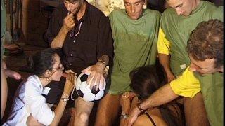 L'entraîneur d'une équipe de foot amateur offre une partouze à ses joueurs !