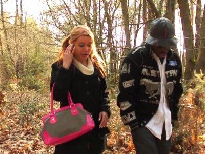 Ces deux jeunes gens se sont donné rendez vous dans les bois pour faire un point