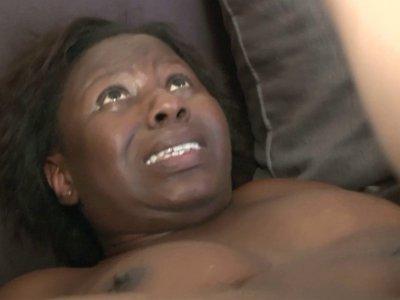 Voici le casting de Youmi, femme fontaine balck à gros seins et gros cul lol. Dé