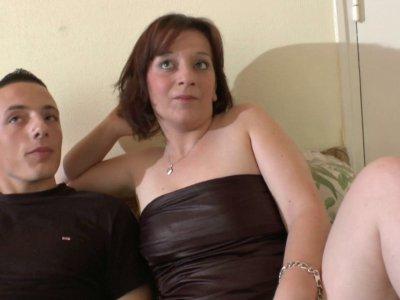 Une brunette potelée et vulgaire a rendez vous avec Philippe pour un gonzo. C'es