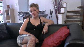 Voici Jess, une petite blonde de 19 ans qui a des tendances exhibitionnistes. De...