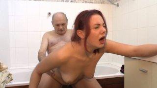 Papy cochon se paluche sa petite bite sur un jeune couple en plein coït