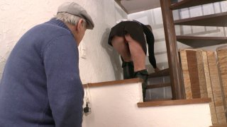 Papy reluque la soubrette comme un vieux cochon voyeur