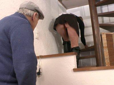 Caroline arrive chez Papy pour y faire le ménage. Elle le surprend en pleine lec