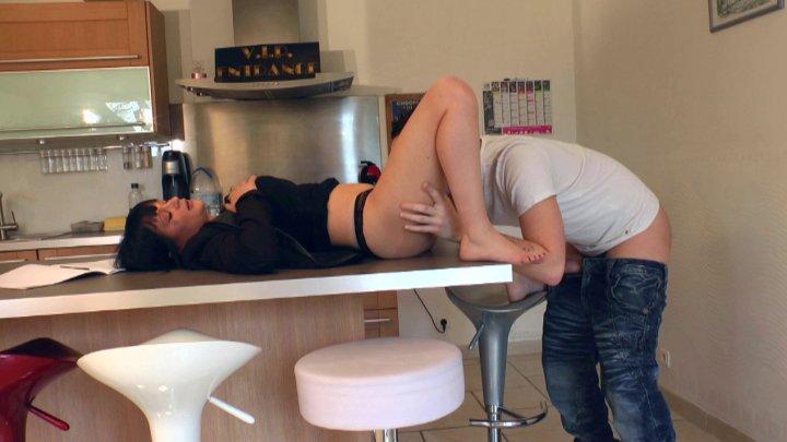 720x405 173 - Une prof craque sur un de ses élèves et lui offre un cours d'éducation sexuelle!