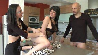 Gina et Cédric nous accueillent chez eux pour nous demander un petit service! Gina...