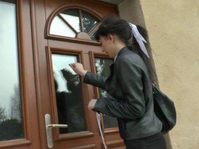 Une jeune étudiante rend visite à son petit copain directement chez lui. Ce dern