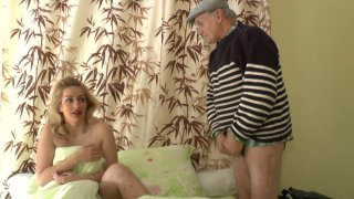 Quand Papy vient réveiller sa jolie colocataire, il ne manque pas de remarquer son...