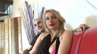 Premier casting sexe pour la jolie jeune blonde libertine Tatiana Deville
