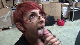 Sexe au boulot avec une patronne à lunettes gourmande de bite