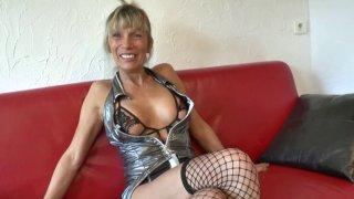 Shana n'a pas résisté longtemps à la tentation! La cougar torride, en tenue ultra...