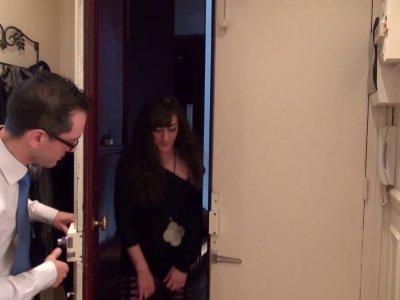 Rico, employé de bureau célibataire, reçoit la visite de sa nouvelle voisine, ve