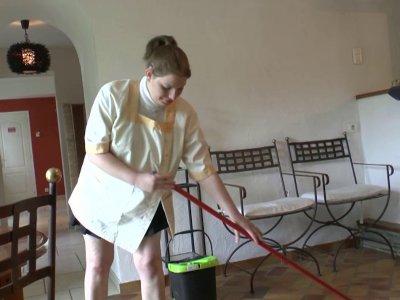 Cindy arrive chez Papy pour sa matinée de ménage. La jeune blonde aux formes vol