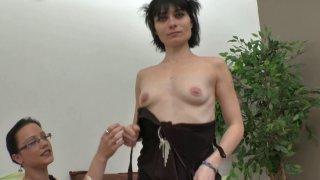 Après une retraite forcée, Mandy revient dans le porno. La jolie brune est aujourd'hui...