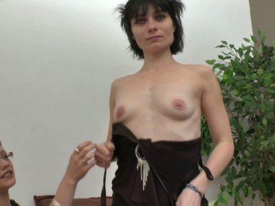 Après une retraite forcée, Mandy revient dans le porno. La jolie brune est aujou