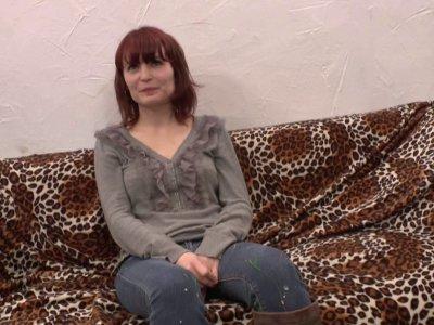 La jolie Lisa se lance pour la première fois dans le porno à 25 ans. La jeune fe
