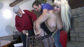 Grosse blonde aux seins énormes dans un plan à trois avec un petit vieux très cochon